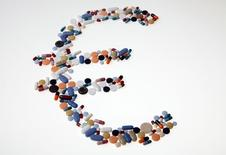 Символ евро, составленный из таблеток и пилюль. Курс евро растет с двухлетнего минимума в начале сокращенной праздничной недели. REUTERS/Srdjan Zivulovic