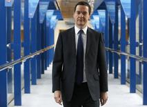 El ministro de Finanzas británico, George Osborne, se dirige a su hotel después de una conferencia en Birmingham, en el centro de Inglaterra. Imagen de archivo, 29 septiembre, 2014. Gran Bretaña ampliará la gama de leyes que tipifican a la manipulación de referenciales del mercado como una ofensa criminal a partir del 1 de abril para que incluya a siete tasas más que cubren a los mercados cambiario, del oro, del petróleo y de la plata, dijo el Gobierno el lunes. REUTERS/Luke MacGregor