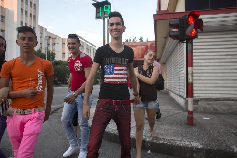 Teenagers walk on the street in Havana, December 21, 2014. REUTERS/Alexandre Meneghini
