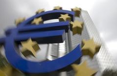 """El logo del euro visto frente a la sede del Banco Central Europeo en Frankfurt. Imagen de archivo, 26 octubre, 2014.  Cualquier decisión del Banco Central Europeo de comprar deuda pública sería una situación """"muy extrema"""" y no debería realizarse de forma precipitada, dijo Ardo Hansson, miembro del BCE, a un diario alemán.  REUTERS/Ralph Orlowski"""