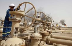 Les pays arabes membres de l'OPEP s'attendent à un rebond des prix du pétrole dans une fourchette de 70 à 80 dollars le baril à la fin de l'année prochaine avec le regain de la demande lié à l'accélération de l'économie mondiale. /Photo d'archives/REUTERS/Atef Hassan