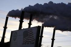 Трубы предприятия Sugar Cane Growers в Бель Глейд, Флорида, 6 января 2010 года. Экономика США росла в третьем квартале 2014 года самыми быстрыми темпами за 11 лет, убедительно указывая на то, что рост перешел в фазу ускорения. REUTERS/Carlos Barria