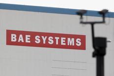 BAE Systems a remporté un contrat valant jusqu'à 1,2 milliard de dollars (986 millions d'euros), portant sur la construction d'un nouveau type de véhicule blindé pour l'armée américaine. /Photo d'archives/REUTERS/Stefan Wermuth