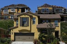 Andamios vistos en un sitio de construcción de nuevas casas en Carlsbad. Imagen de archivo, 22 septiembre, 2014. Las solicitudes de préstamos hipotecarios en Estados Unidos subieron la semana pasada, dado que la actividad repuntó y las tasas de interés declinaron, dijo el miércoles un grupo del sector. REUTERS/Mike Blake