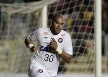 Adriano comemora gol do Atlético Paranaense contra o The Strongest em La Paz. 08/04/2014. REUTERS/Gaston Brito