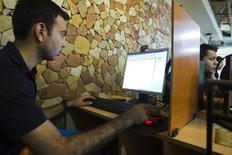 Usuário iraniano em lan house em Teerã, em foto de arquivo. 09/05/2011 REUTERS/Raheb Homavandi