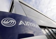 Airbus Group abandonne 1% vers 12h30, quand le CAC 40 recule de 0,29% à 4.283,59 points. L'Airbus A320-200 de la compagnie Indonesia AirAsia qui a disparu dimanche matin avec 162 personnes à son bord s'est très probablement abîmé en mer. /Photo prise le 4 décembre 2014/REUTERS/Régis Duvignau