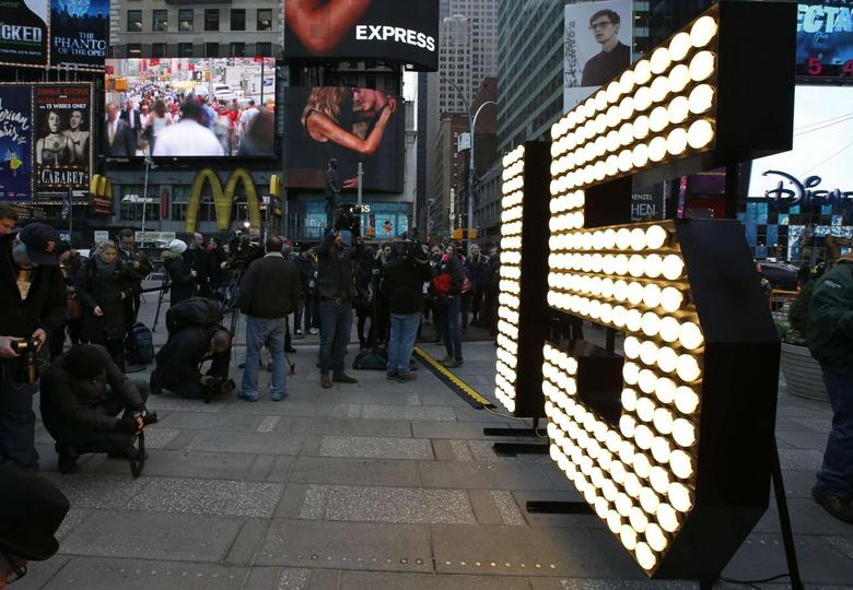 The New Year's Eve ''15'' numerals stand lit on the sidewalk after they were unloaded from a truck in Times Square in New York, December 16, 2014.  REUTERS/Mike Segar