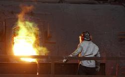 Un trabajador monitorea un proceso en el interior de una planta refinadora de cobre de Codelco en la ciudad de Ventanas, al noroeste de Santiago. Imagen de archivo, 30 julio, 2014. La producción de cobre en Chile anotó una caída interanual del 7,3 por ciento en noviembre, debido a una baja en el procesamiento de mineral y menores leyes del metal, dijo el martes una agencia gubernamental. REUTERS/Eliseo Fernandez