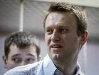 Russian opposition leader and anti-corruption blogger Alexei Navalny (front) and his brother and co-defendant Oleg attend a court hearing in Moscow December 30, 2014. A Russian court ruled on Tuesday to give Kremlin critic Alexei Navalny a suspended sentence for embezzling money but jailed his brother for three and a half years in a case seen as part of a campaign to stifle dissent.  REUTERS/Sergei Karpukhin  (RUSSIA - Tags: BUSINESS CRIME LAW POLITICS) - RTR4JLVG
