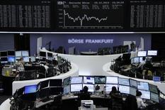 Operadores trabajando en sus estaciones de trabajo en la bolsa de Fráncfort, Alemania, dic 29 2014. Las acciones europeas cayeron el martes, en su última sesión completa en el año, presionadas por una baja de los papeles de las empresas de energía, que retrocedieron ante una baja del barril de crudo Brent a un mínimo de cinco años y medio. REUTERS/Remote/Stringer