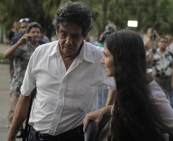 Cuba's best-known dissident, blogger Yoani Sanchez, walks with her husband Reinaldo Escobar outside Havana's Jose Marti International Airport May 30, 2013.  REUTERS/Desmond Boylan