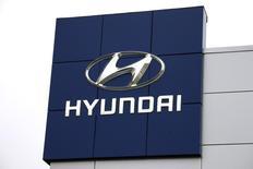 Hyundai Motor et sa filiale Kia Motors prévoient pour 2015 la plus faible croissance de leurs ventes depuis douze ans, conséquence des contraintes qui pèsent sur leurs capacités et de la dépréciation du yen, qui avantage leurs concurrents japonais. /Photo prise le 3 novembre 2014/REUTERS/Rick Wilking