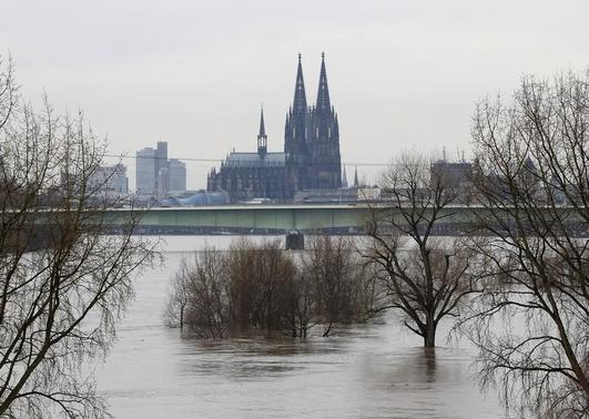 Cologne cathedral is seen with the flooded river Rhine in Cologne, January 9, 2011.  REUTERS-Ina Fassbender