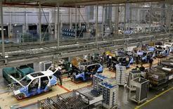 Vista general de una línea de ensamblaje de BMW en una planta en Spartanburg, EEUU. Imagen de archivo, 28 marzo, 2014. El ritmo de crecimiento del sector manufacturero de Estados Unidos se desaceleró más de lo previsto en diciembre, mostró un informe publicado el viernes.REUTERS/Chris Keane