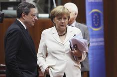 Foto de archivo del presidente del BCE, Mario Draghi, y la canciller alemana, Angela Merkel, durante una cumbre de líderes de la UE en Bruselas, 29 jun 2012. En agosto de 2012, durante una visita a Canadá, la canciller alemana Angela Merkel despejó las dudas sobre su apoyo a Mario Draghi y las promesas del jefe del BCE, hechas unas semanas antes, de que haría lo que fuera necesario para preservar el euro. REUTERS/Francois Lenoir/Files