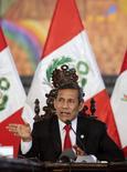 Imagen de archivo del presidente peruano, Ollanta Humala, en una conferencia con prensa extranjera en el palacio de Gobierno en Lima, nov 19 2014. La economía peruana cerró el año pasado con un crecimiento en torno a un 2,6 o 2,7 por ciento, menos de la mitad frente a la expansión del año previo, afectada principalmente por una menor demanda global de metales que el país produce, dijo el lunes el presidente Ollanta Humala.  REUTERS/ Guadalupe Pardo