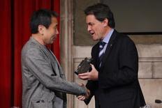 "Japanese writer Haruki Murakami receives the ""XXIII Premi Internacional Catalunya"" prize from Catalunya's Regional President Artur Mas during an awards ceremony in Barcelona, June 9, 2011. REUTERS/Generalitat de Catalunya/Handout"