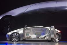 Daimler a tenté de raviver l'intérêt des consommateurs pour les voitures autonomes avec la présentation au salon de l'électronique de Las Vegas de son concept-car futuriste Mercedes-Benz F, une berline sans conducteur agençable en salon. /Photo prise le 5 janvier 2015/REUTERS/Steve Marcus