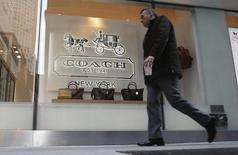 Le fabricant d'accessoires de mode Coach, connu notamment pour ses sacs à main Poppy, a dit mardi son intention de racheter la marque de chaussures de luxe pour femmes Stuart Weizman Holdings pour une somme pouvant atteindre 574 millions de dollars (480 millions d'euros). /Photo d'archives/REUTERS/Carlo Allegri
