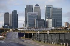 El distrito financiero de Canary Wharf visto en el este de Londres. Imagen de archivo, 12 noviembre, 2014. La recuperación económica de Gran Bretaña se debilitó más luego de que el crecimiento en las empresas de servicios se desaceleró con fuerza en diciembre a su menor nivel desde mediados de 2013, mostró un informe publicado el martes. REUTERS/Suzanne Plunkett