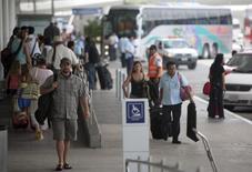 Turistas llegan al aeropuerto de Cancún. Imagen de archivo, 11 octubre, 2011. El operador mexicano de aeropuertos Grupo Aeroportuario del Sureste (Asur) dijo el martes que su tráfico de pasajeros creció en diciembre un 11.6 por ciento a tasa interanual, impulsado principalmente por los viajeros domésticos. REUTERS/Victor Ruiz Garcia