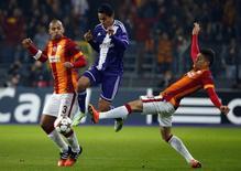Jogadores brasileiros do Galatasaray Felipe Melo e Alex Telles disputam bola com Najar, do Anderlecht, em partida da Liga dos Campeões. 26/11/2014 REUTERS/Yves Herman