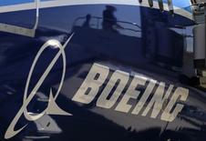 Boeing a livré 723 avions de ligne en 2014, un record qui permet à l'avionneur américain de conserver son premier rang mondial devant le rival européen Airbus Group. Boeing a également établi des records pour les commandes avec 1.550 commandes brutes et un total net (en tenant compte des annulations) de 1.432. /Photo d'archives/REUTERS/Lucy Nicholson