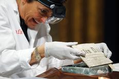Especialista Pam Hatchfield remove jornal de cápsula do tempo de 220 anos em museu de Boston. 06/01/2015 REUTERS/Brian Snyder