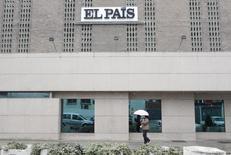 Vista general de la sede del diario El País, del grupo español Prisa, en Madrid. Imagen de archivo, 29 noviembre, 2010. Las oficinas principales del grupo de medios español Prisa en Madrid fueron evacuadas el miércoles luego de que se recibiera un paquete sospechoso, dijo una portavoz de la compañía. REUTERS/Juan Medina