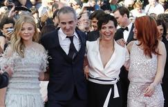 """Atriz Juliette Binoche com diretor Olivier Assayas, de """"Acima das Nuvens"""", com atrizes Chloe Grace Moretz (E) e Kristen Stewart (D) em Cannes. 23/5/2014   REUTERS/Regis Duvignau"""