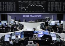 Operadores en sus puestos de trabajo en la bolsa alemana en Fráncfort, ene 7 2015. Las acciones europeas cerraron en alza el miércoles, poniendo freno a un descenso de tres días, después de una caída mayor a la esperada en la inflación de la zona euro que fue vista como disparador para que el Banco Central Europeo lance un esperado programa de alivio cuantitativo. REUTERS/Remote/Stringer