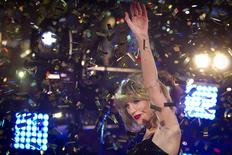 Taylor Swift performs in Times Square on New Year's Eve in New York December 31, 2014.  REUTERS/Carlo Allegri