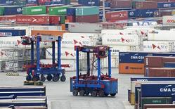 Les exportations allemandes ont baissé en novembre pour le deuxième mois consécutif. Elles affichent un recul de 2,1% en données corrigées des variations saisonnières. /Photo prise le 9 octobre 2014/REUTERS/Fabian Bimmer
