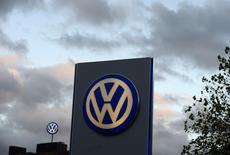 Volkswagen et Mercedes-Benz annoncent des livraisons record de véhicules en 2014. Les ventes du premier ont progressé de 3,2% l'an dernier. Quant à Daimler, le propriétaire des marques Mercedes-Benz et Smart, il annonce une hausse de 11,4% de ses livraisons en 2014. /Photo d'archives/REUTERS/Fabian Bimmer