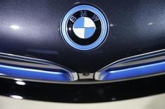 Un logo de BMW visto en el modelo X6M durante su debut en Los Angeles. Imagen de archivo, 19 noviembre, 2014.  La automotriz alemana BMW superó a Audi y a Mercedes-Benz en diciembre y marcó 10 años como campeón mundial en ventas de automóviles de lujo, aunque sus dos rivales germanos han reducido la ventaja.. REUTERS/Lucy Nicholson