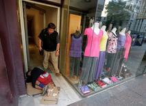 Imagen de archivo de un vagabundo durmiendo junto a una tienda comercial en el centro de Montevideo, nov 21 2008. La desocupación en Uruguay avanzó en noviembre a un 7 por ciento de la población económicamente activa, desde el 6,4 por ciento de un año atrás, debido a un mayor desempleo en la capital del país, informó el viernes el Gobierno.  REUTERS/Andres Stapff