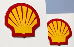 Logos for Shell are seen on a garage forecourt in central London March 6, 2014.  REUTERS/Neil Hall