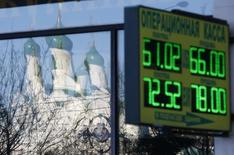A Moscou. Fitch Ratings a abaissé la note souveraine de la Russie, de BBB à BBB-, tout en maintenant une perspective négative, signe qu'une nouvelle dégradation n'est pas exclue. /Photo prise le 6 janvier 2015/REUTERS/Maxim Zmeyev