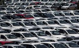 Foto de archivo del depósito de autos nuevos de Volkswagen en la planta brasileña de Sao Jose dos Campos, cerca de Sao Paulo. Ene 7, 2015. La automotriz alemana Volkswagen dijo el domingo que sus ventas a nivel mundial subieron en diciembre un 2,7 por ciento a 881.000 vehículos, gracias a que el rápido crecimiento en China y Europa contrarrestó las caídas en Estados Unidos y América Latina.  REUTERS/Roosevelt Cassio