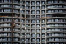 Labourers work at a construction site of a high-rise residential building in central Mumbai in this August 25, 2014 file photo.  REUTERS/Danish Siddiqui/Files