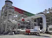 """Газоперерабатывающий завод на месторождении Галкыныш на востоке Туркмении. 4 сентября 2013 года. Туркмения, занимающая четвертое место по запасам газа в мире после России, Ирана и Катара, в 2015 году планирует увеличить добычу этого топлива на 9 процентов до 83,8 миллиарда кубометров, сообщил телеканал """"Алтын Асыр"""" со ссылкой на речь президента Курбанкули Бердымухамедова. REUTERS/Marat Gurt"""