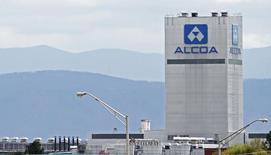 Alcoa a publié lundi un bénéfice trimestriel courant supérieur aux attentes, qui traduit le recentrage des activités du groupe américain d'aluminium sur les produits destinés au secteur automobile et à celui de l'aéronautique, plus rentables. /Photo prise le 8 avirl 2014/REUTERS/Wade Payne