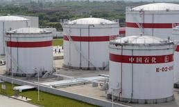 Нефтяные резервуары на заводе компании Sinopec в китайском городе Хэфэй. 31 мая 2009 года. Цены на нефть продолжают снижаться, несмотря на рекордный импорт нефти в Китае. REUTERS/Jianan Yu