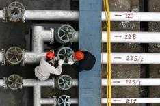 En la imagen de archivo, trabajadores en una refinería en Jingmen, provincia china de Hubei. China importó un récord de 7,15 millones de barriles de petróleo por día (bpd) en diciembre, mostraron datos de aduanas el martes, luego de que el segundo mayor consumidor de crudo del mundo aprovechó los bajos precios de la materia prima para llenar sus reservas estratégicas. REUTERS/Stringer/Files