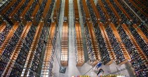 Логистический центр Amazon в немецком городе Бризеланг. 11 ноября 2014 года. Amazon.com Inc создала в Европе 6.000 новых рабочих мест с постоянной занятостью в 2014 году на фоне роста спроса. REUTERS/Hannibal