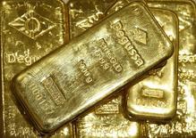 Слитки золота в офисе трейдера  Degussa в Цюрихе 19 апреля 2013 года. Цены на золото поднялись до трехмесячного максимума на фоне снижения цен на нефть и спада на некоторых фондовых рынках. REUTERS/Arnd Wiegmann