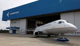 En la imagen, el fabricante de aviones Embraer presenta su nuevo avión E-175, en Sao Jose dos Campos, en el norte de Sao Paulo. 12 de marzo, 2014. El fabricante brasileño de aviones Embraer SA enviará sus primeros aeroplanos a una aerolínea de Indonesia, en un momento en que las compañías del Sudeste Asiático buscan aviones más pequeños para llegar a las ciudades secundarias de la región en forma más eficiente que con las grandes aeronaves. REUTERS/Paulo Whitaker