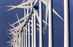 GDF Suez a annoncé mardi son intention de doubler ses capacités de production d'électricité d'origine renouvelable en Europe d'ici à 2025. Le groupe veut accélérer son développement dans l'éolien terrestre et le solaire, confirmer ses premiers succès dans l'éolien en mer et défendre ses positions dans l'hydroélectricité.  /Photo d'archives/REUTERS/Jean-Paul Pélissier