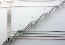 Нефтехранилище на НПЗ  MOL в венгерском городе Сазхаломбатта 8 января 2007 года. Венгрия предлагает России хранить больше газа в венгерских хранилищах, надеясь обеспечить себя топливом, сказал Рейтер министр иностранных дел Венгрии Петер Сийярто. REUTERS/Laszlo Balogh/File